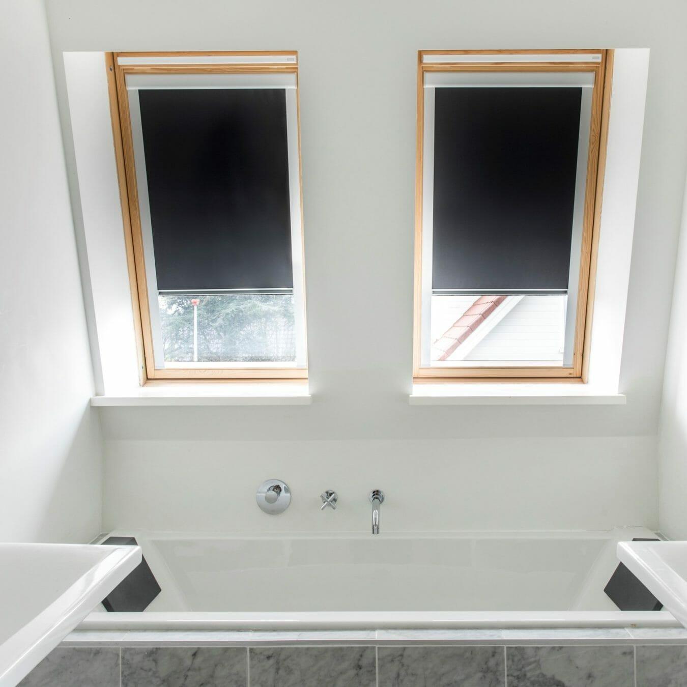 Rolgordijn voor het dakraam in de badkamer