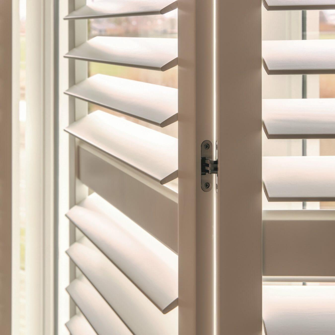 Witte houten shutters detail