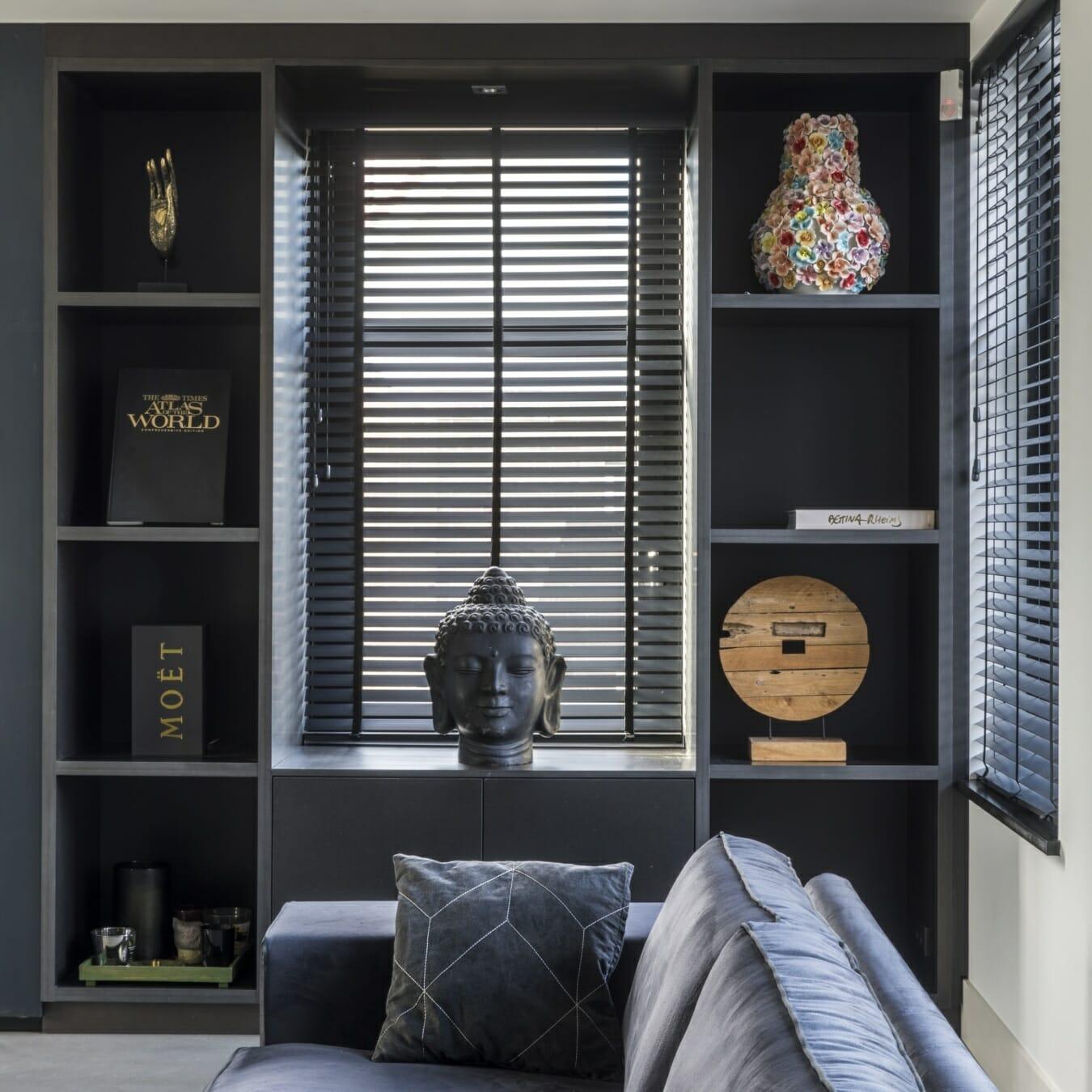 Zwarte houten jaloezieën in de woonkamer