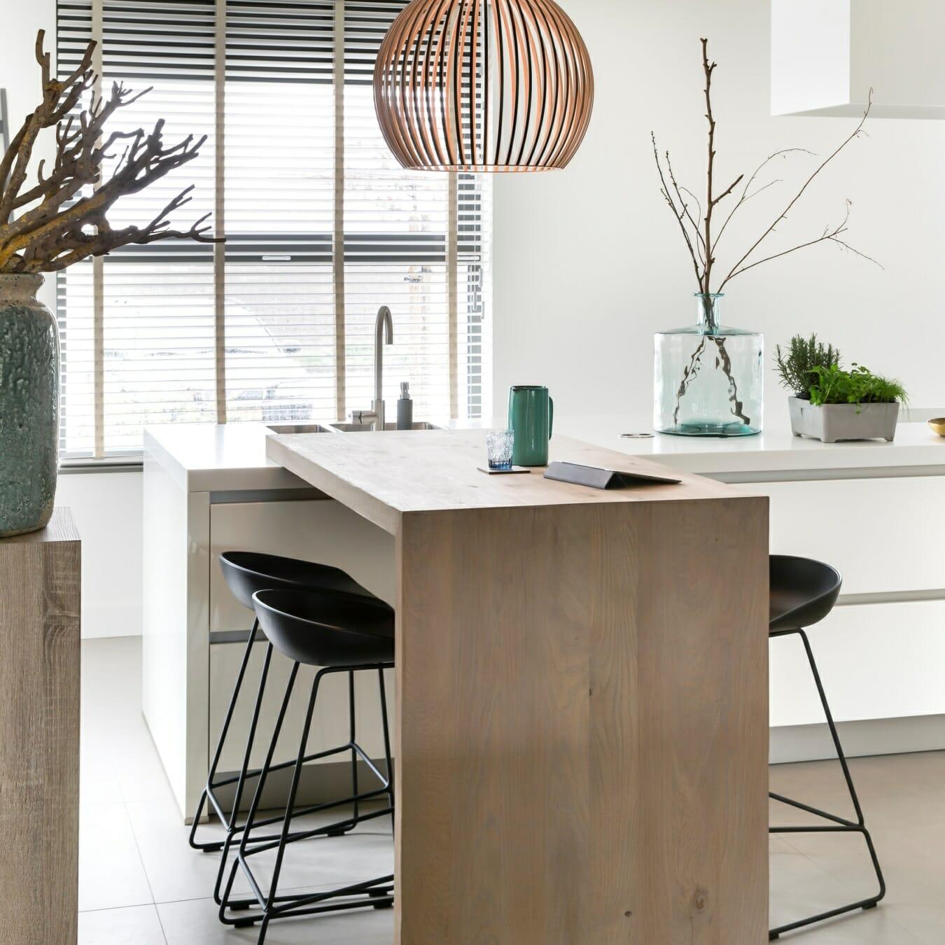 Witte houten jaloezieën in de eetkamer