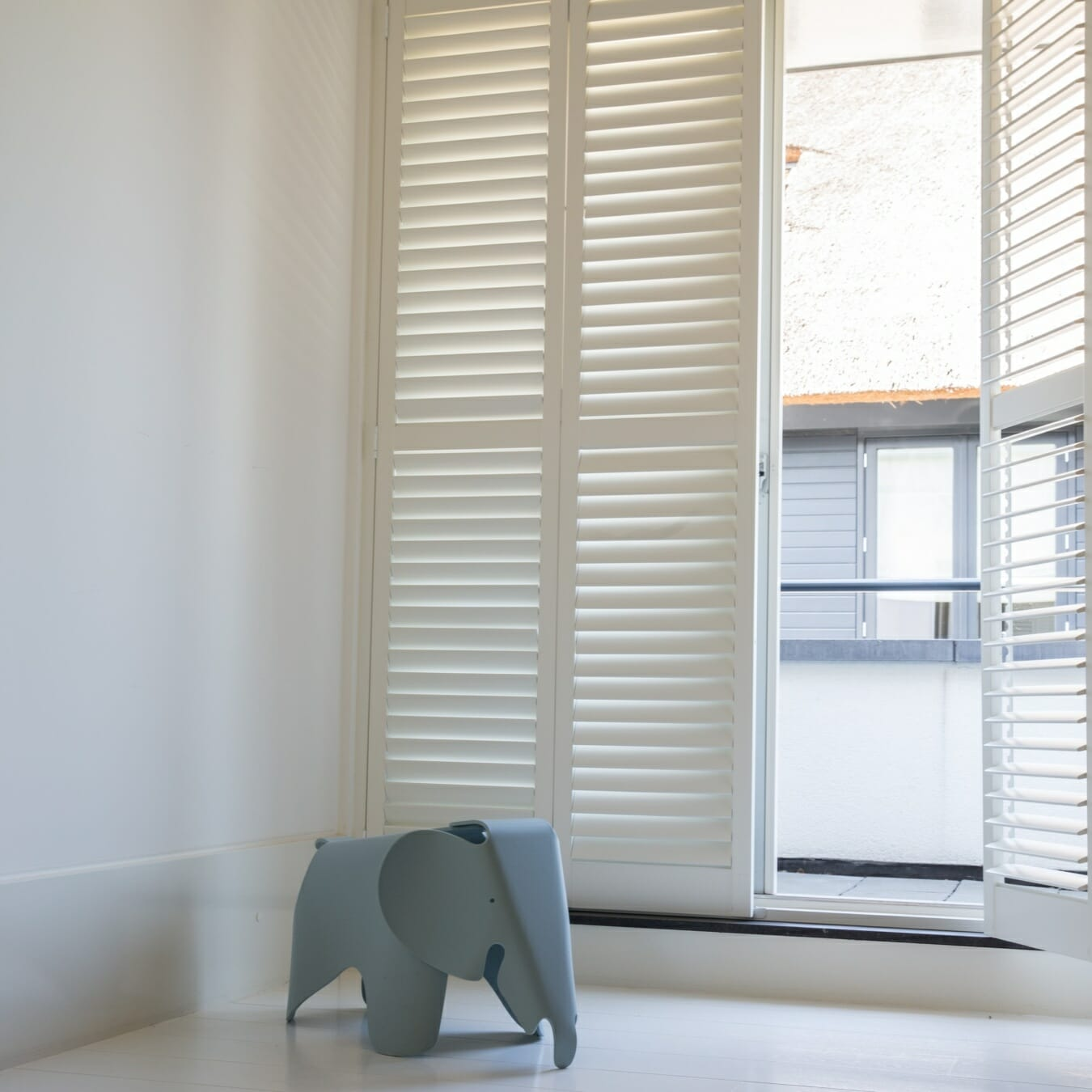 Witte Zonnelux shutters vouwrailsysteem