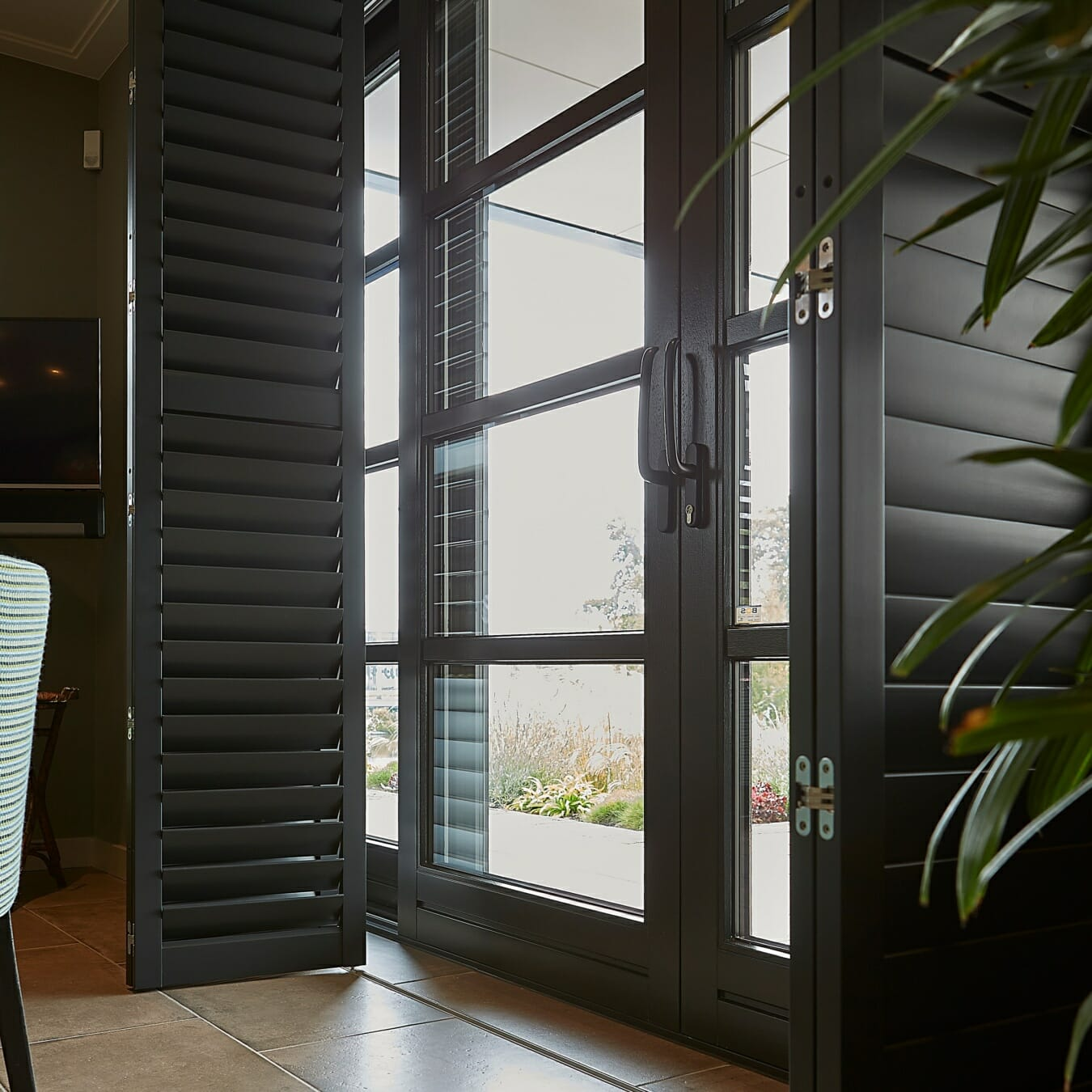 Donkere Zonnelux shutters vouwrailsysteem
