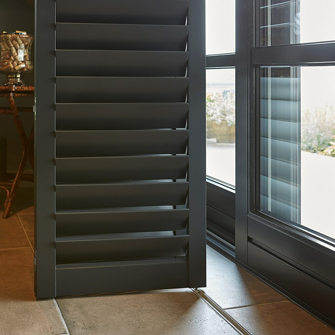Donkere Zonnelux shutters vouwrailsysteem detail